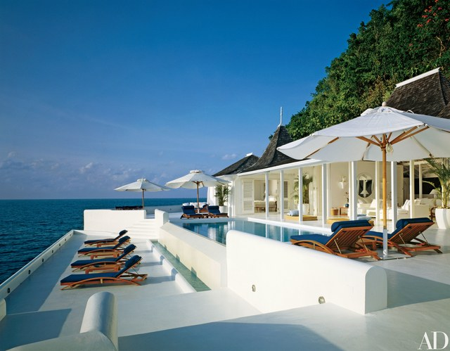 Exquisite Oceanfront Lounge
