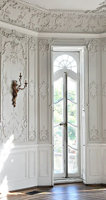 Lacy Crown Molding and Walls