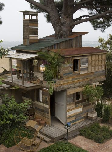 Dream Treehouse Made from Pallets and Reclaimed Wood!